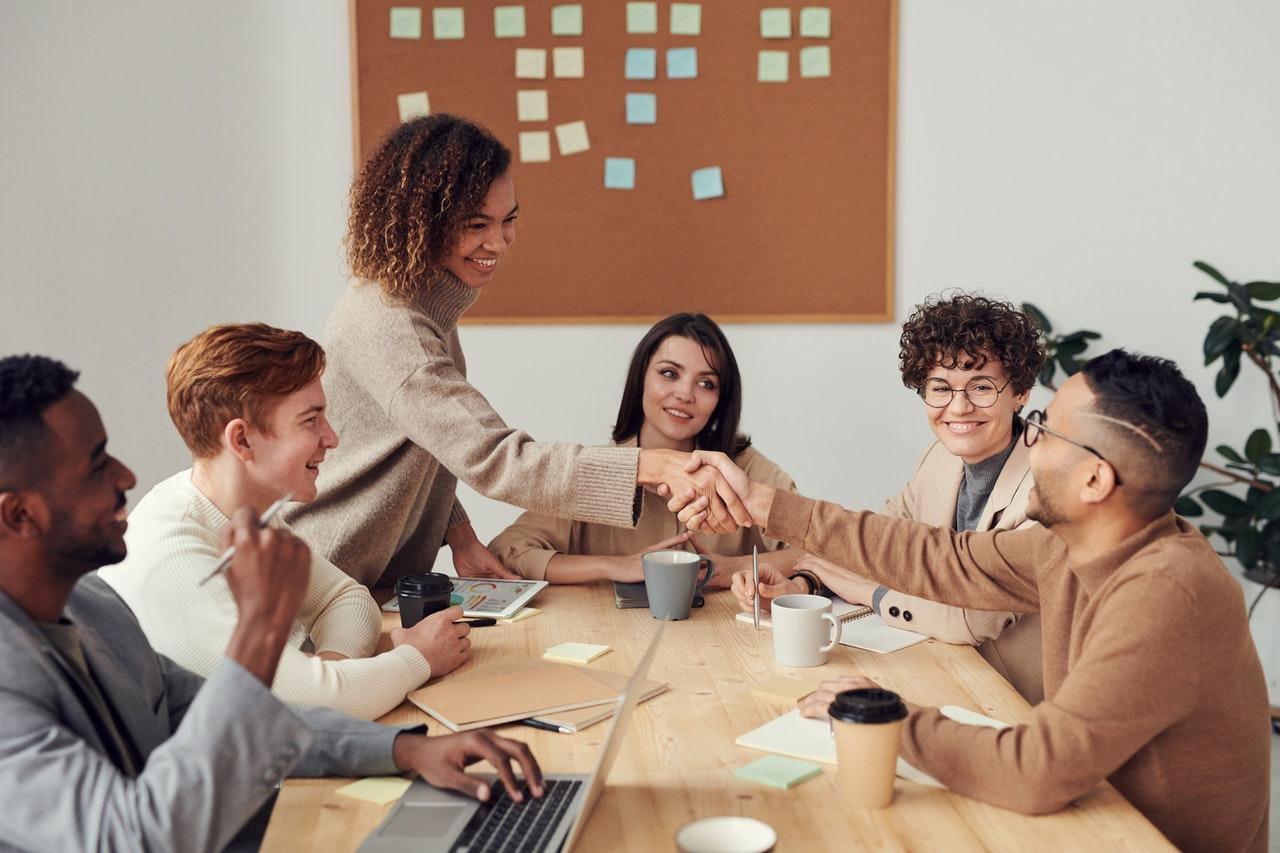 nathalie-language-experiences-conversacion-profesional-presentate-correctamente